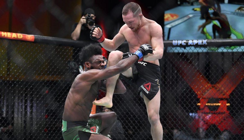 Петр Ян нанес запрещенный удар коленом и лишился титула