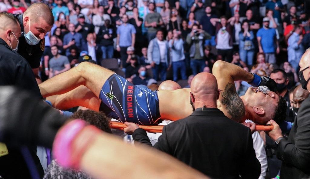 Ужасная травма на UFC 261: Крис Вайдман получил открытый перелом